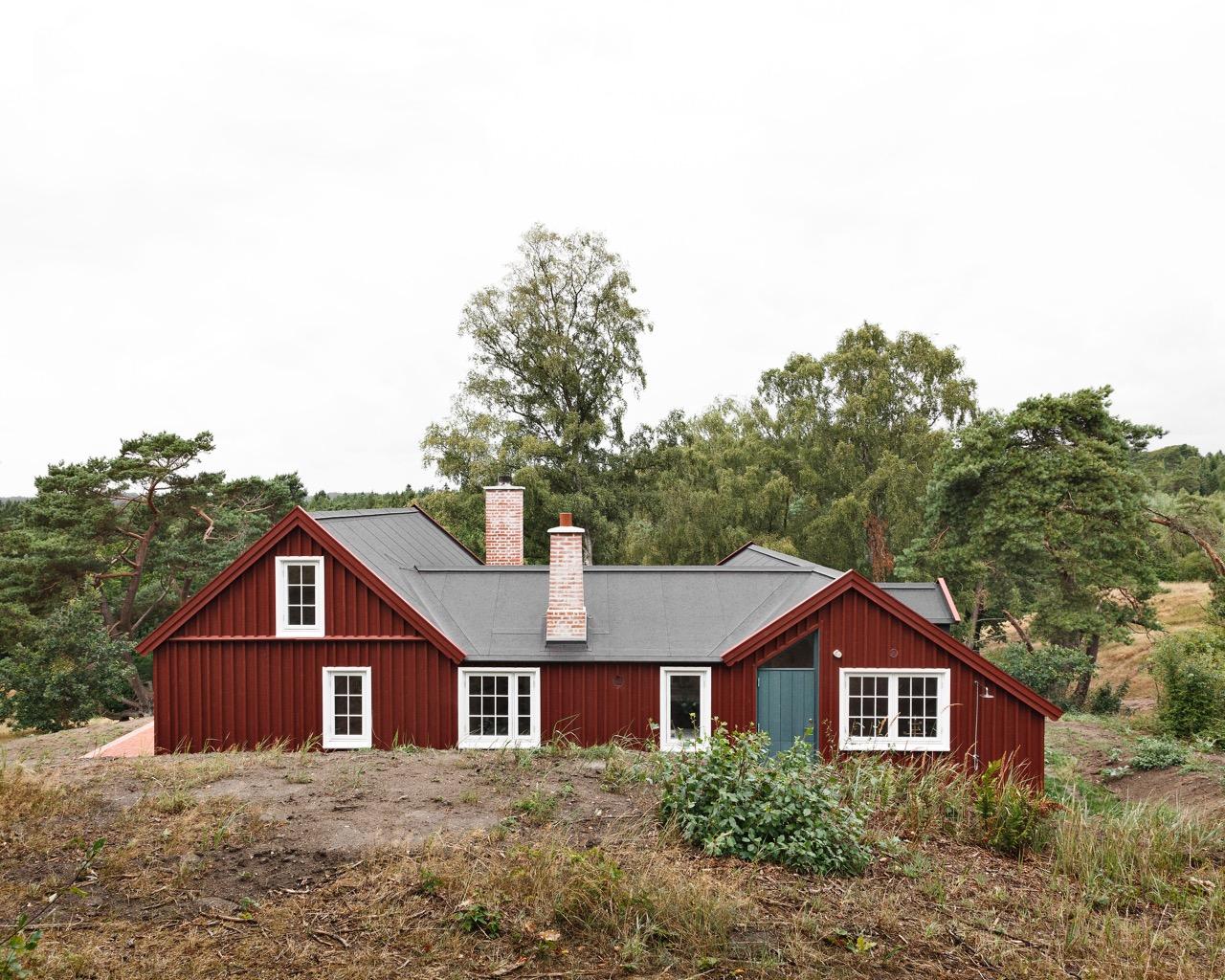 Cottage in landscape. Photo: Laura Stamer